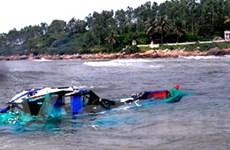 Sóng lớn đánh chìm tàu cá làm hai người mất tích