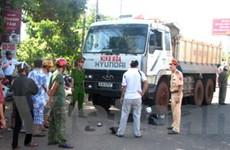 Xe tải đâm hất tung người đi xe máy hàng chục mét