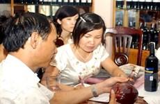 Bộ Tài chính công bố quy trình về dán tem rượu nội