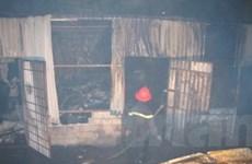 Cháy lớn tại 1 kho hàng dưới chân cầu Vĩnh Tuy