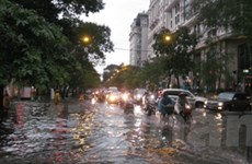 Mưa lớn ngập phố, người Hà Nội loay hoay chống lụt