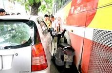 Tai nạn hy hữu: Xe máy kẹt cứng giữa 2 ôtô
