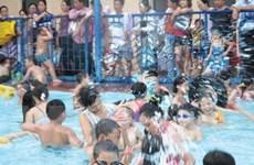 Tránh đỉnh nóng: Các bể bơi Hà Nội thành bể... lội