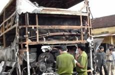 Xe khách hai tầng cháy rụi, 33 du khách thoát nạn