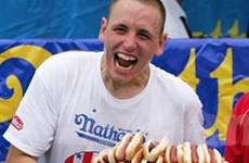 "Joey Chestnut bảo toàn danh hiệu ""Vua hotdog"""