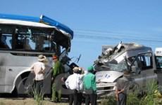 Xe khách đâm nhau làm 17 người chết và bị thương