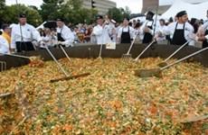 Sinh viên Mỹ lập kỷ lục với món xào nặng 1.820kg