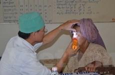 Bác sỹ Cần Thơ khám bệnh miễn phí ở Campuchia