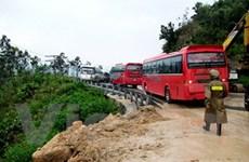 Hàng chục xe khách bị kẹt vì sạt lở đèo Khánh Vĩnh