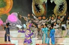 Lưu luyến giã bạn trong đêm bế mạc Festival Huế