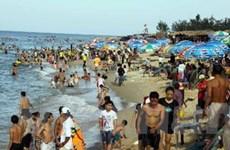 Nắng nóng, du lịch biển Thừa Thiên-Huế hút khách