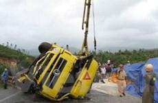Phú Yên: Lật xe đầu kéo, 2 người bị thương nặng