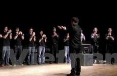 Dàn nhạc giao hưởng diễn với nhạc cụ là iPhone