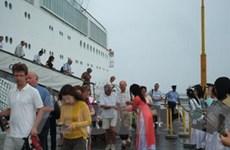 Đầu năm mới, hàng ngàn du khách đến miền Trung