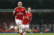 Thắng ngược Bolton, Arsenal tạm chiếm ngôi đầu