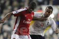 Arsenal và Chelsea gặp khó khăn tại Carling Cup