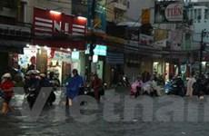 TP.HCM: Mưa lớn gây ngập sâu, 1 người bị thương
