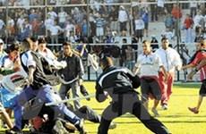 Cổ động viên tử nạn ngay trên sân ở Argentina