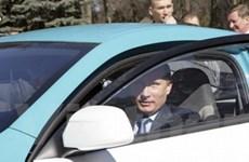 Thủ tướng Putin lái thử xe hybrid đầu tiên của Nga