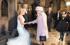 Nữ hoàng Elizabeth II bất ngờ dự đám cưới thần dân