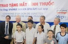 Pháp tặng kính thuốc cho bệnh nhân nghèo TP.HCM