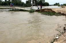 Nước lũ chảy xiết gây ách tắc đoạn cầu sông Cô