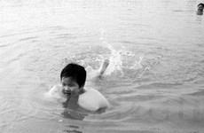 Bé gái 3 tuổi lập kỳ tích bơi vượt sông rộng 300m