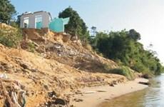 Mưa lũ gây sạt lở bờ sông Hương, uy hiếp 100 hộ dân