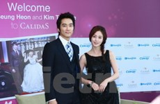 """Kim Tae Hee và Song Seung Hun """"khoái"""" món phở"""