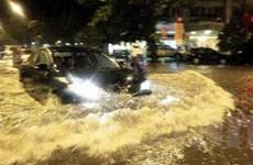 Đường phố Hà Nội biến thành sông sau cơn mưa