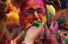 Lễ hội màu sắc tại Ấn Độ gây tốn kém nước để rửa