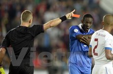 Balotelli tức tối trút giận vào tường khi nhận thẻ đỏ