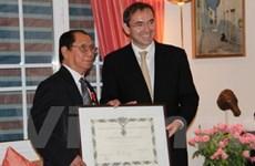 Cựu Đại sứ VN nhận Huân chương Bắc đẩu Bội tinh