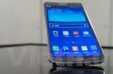 Samsung bất ngờ ra smartphone màn hình OLED cong