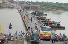 Thông cầu phao sông Đuống sau khi bị đâm thủng