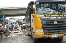 Xe tải cán chết 3 người do tránh ổ gà trên đường