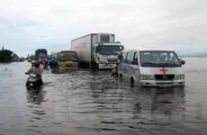Nhiều tuyến quốc lộ bị chia cắt và ngập sâu bởi lũ