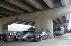 Vẫn ngang nhiên trông giữ xe dưới gầm cầu ở Hà Nội