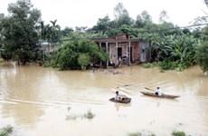 Áp thấp gây mưa to, nước lũ lên cao ở miền Trung