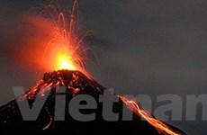 Indonesia: Núi lửa phun dung nham cao gần 2km