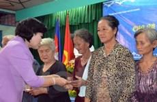 Tặng quà kiều bào nghèo dịp Tết Chol Chnam Thmây