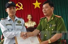 Khen thưởng vệ sỹ cứu 3 người dưới hồ Xuân Hương