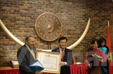 Trao tặng Huy chương hữu nghị cho giáo sư Pháp