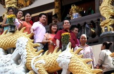 Người Việt tại Lào nô nức đi chùa đầu năm mới