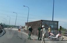 Xe container lại tiếp tục bị lật trên cầu vượt Cát Lái