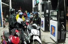 Đội mưa, cãi vã để mua xăng trước giờ tăng giá