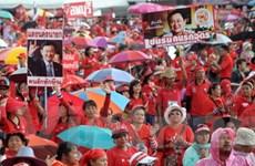 """Hàng nghìn người """"áo đỏ"""" tuần hành ở Bangkok"""