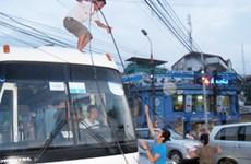 Ùn tắc giao thông giữa Hà Nội chỉ vì một sợi dây