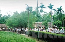 Hàng ngàn người dâng hương tại di tích Kim Liên