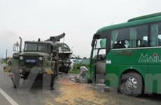 Xe tải đấu đầu xe khách, 13 người thương vong